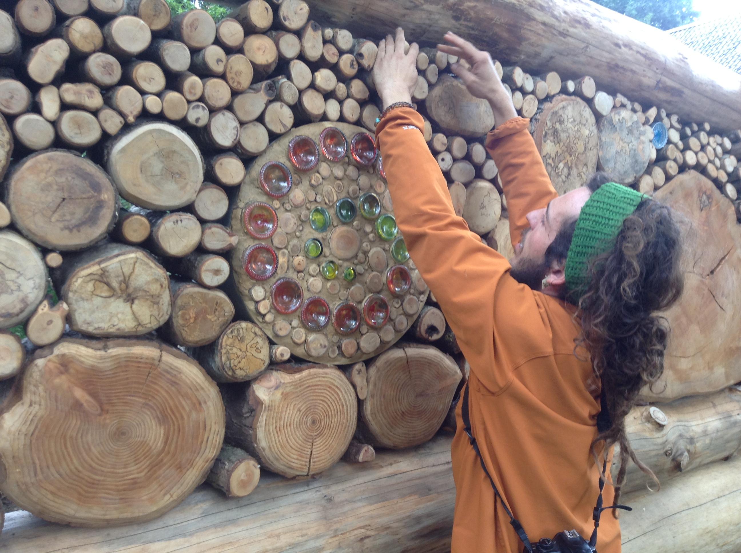 Ruim 20 soorten hout, allen afkomstig uit Nederland, worden verwerkt in de muren van de tempel