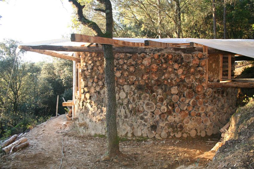 Kopshouten huisje op het terrein