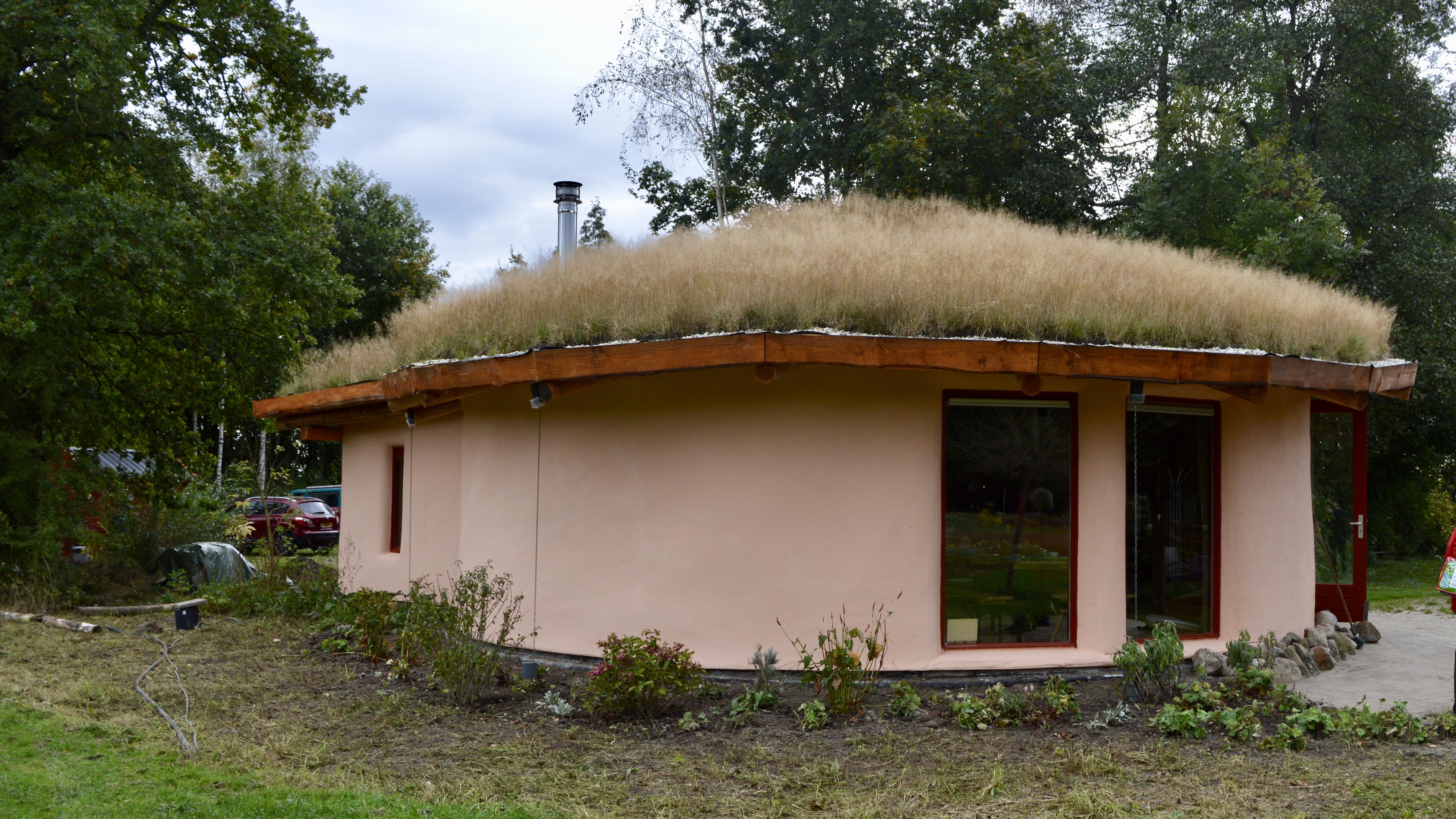 Strohuis gebouwd in workshop van Mas con Menos
