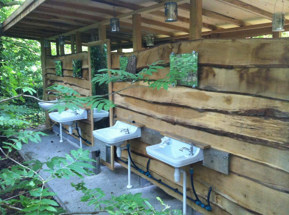 Het natuurlijke sanitairgebouw met helofyten filter
